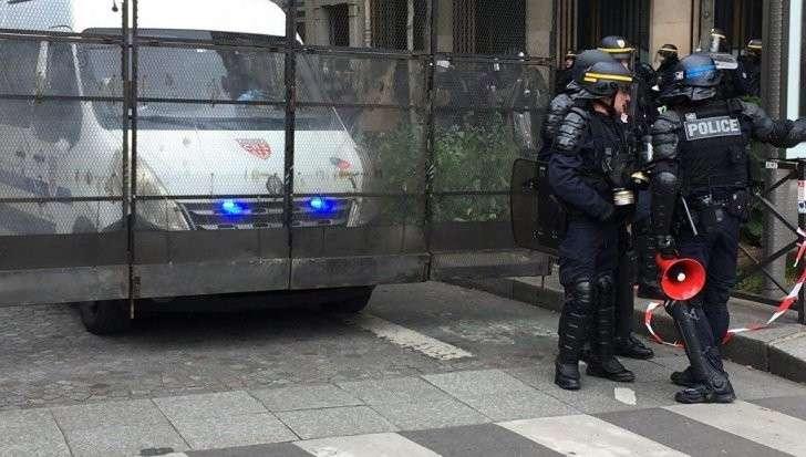 Во Франции около 100 человек потенциальных террористов легально владеют оружием