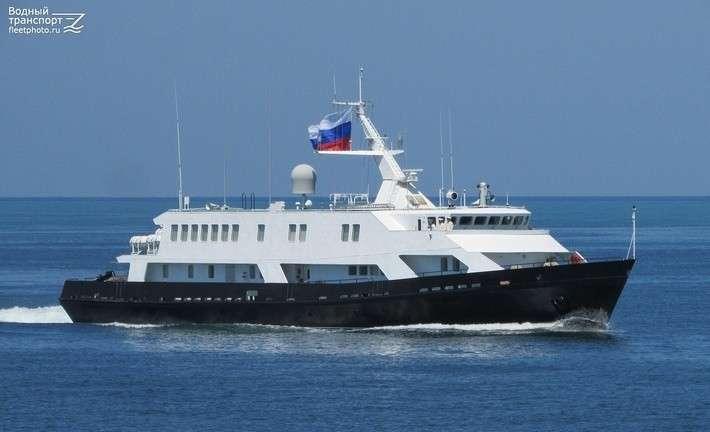 В Санкт-Петербурге представили обновлённый катер связи для ВМФ
