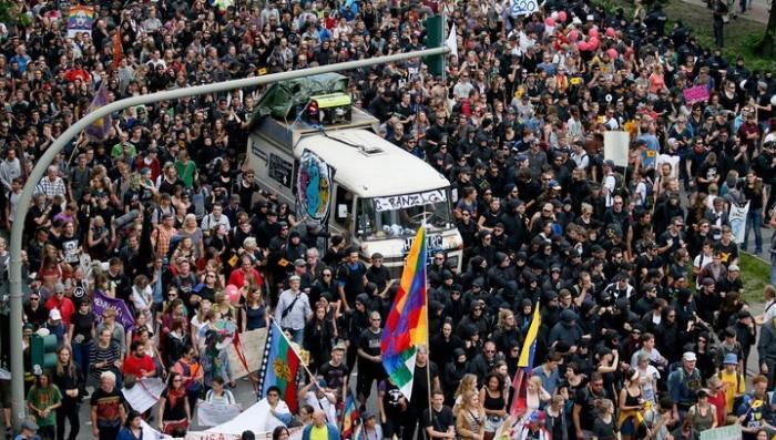 В Гамбурге радикалы пытаются превратить мирную демонстрацию в побоище