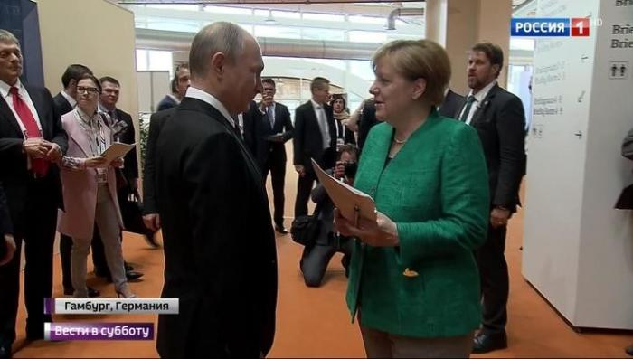 Меркель расцеловала Макрона, а с Путиным попрощалась по-русски