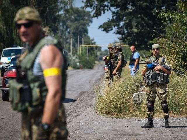 Луганск штурмуют, центр Донецка обстреливают