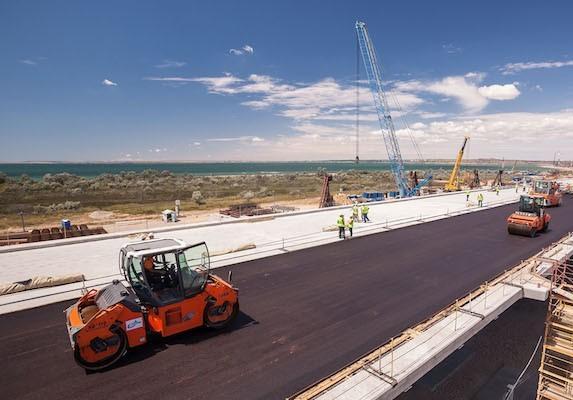 Керченский мост: готовые пролеты моста покрывают асфальтом