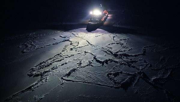 Атомный ледокол 50 лет Победы, движущийся к Северному полюсу