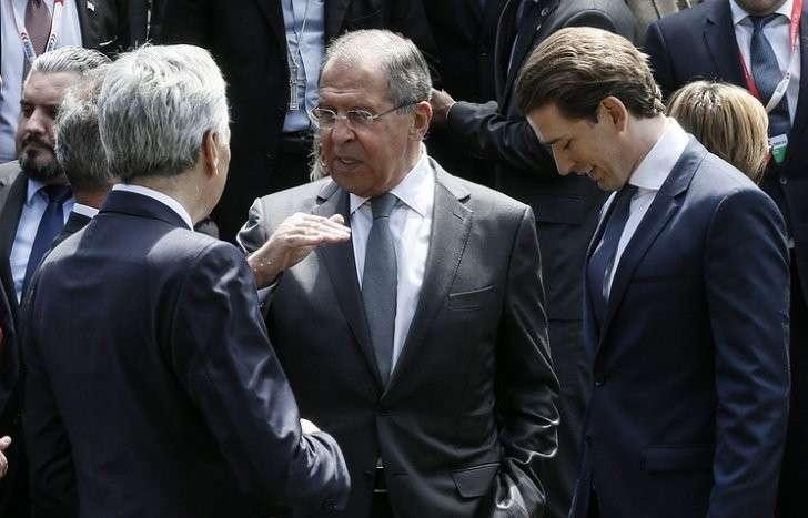 Министр иностранных дел РФ Сергей Лавров (в центре) и министр иностранных дел Австрии Себастьян Курц (справа) во время неформальной министерской встречи ОБСЕ