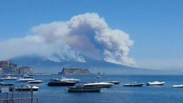 В Италии пробудился Везувий и поджёг лес: туристы спасаются бегством