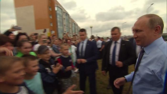 Белгород: Владимир Путин остановил кортеж, чтобы пообщаться с жителями города