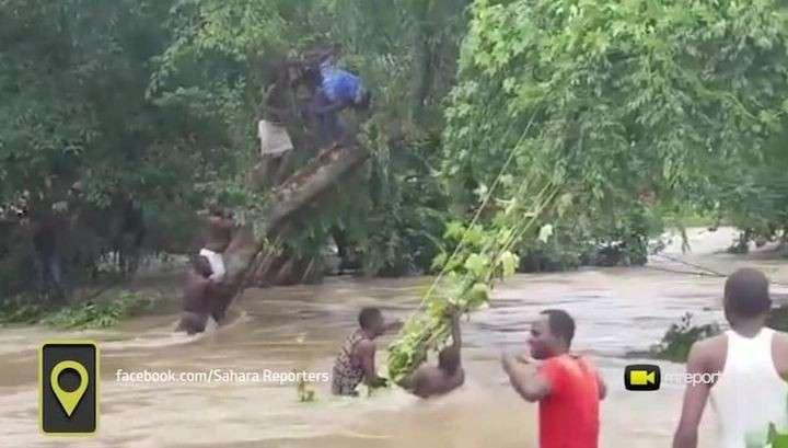 В Нигерии потоп: вода смывала дома, люди спасались на деревьях
