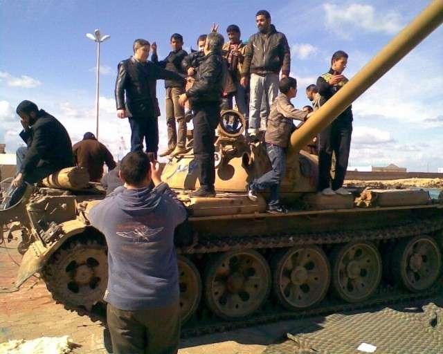 Фотография с улиц Бенгази. Люди на танке.