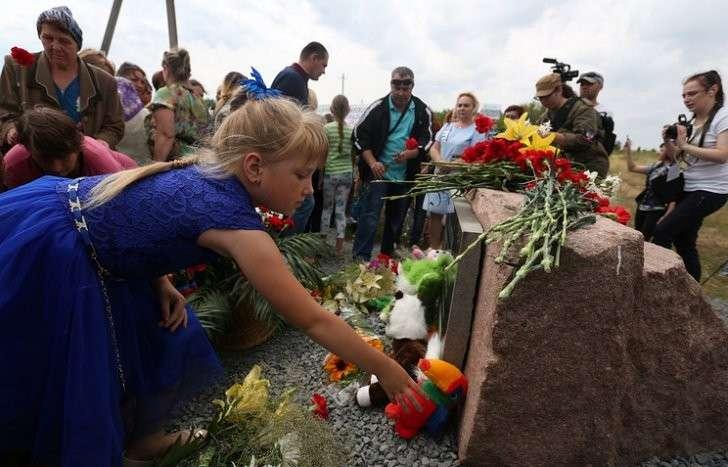 Возложение цветов к памятнику жертвам авиакатастрофы во время траурного митинга в селе Грабово