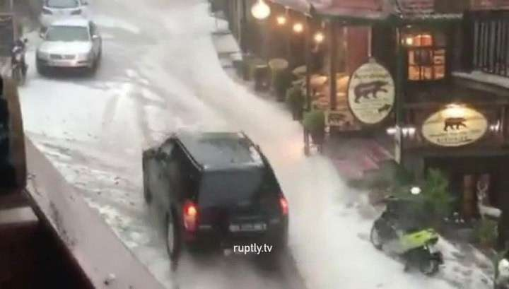 В Греции град и буря уничтожили урожай, затоплены поля и дороги