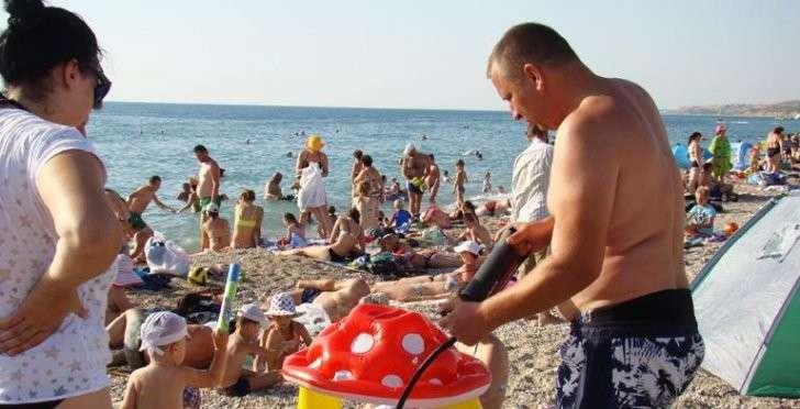 Крым, сезон отпусков: «курятники» умирают, но медленно