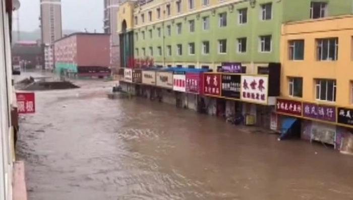 Китай: ливнем сносит дома, заливает магазины и уносит машины