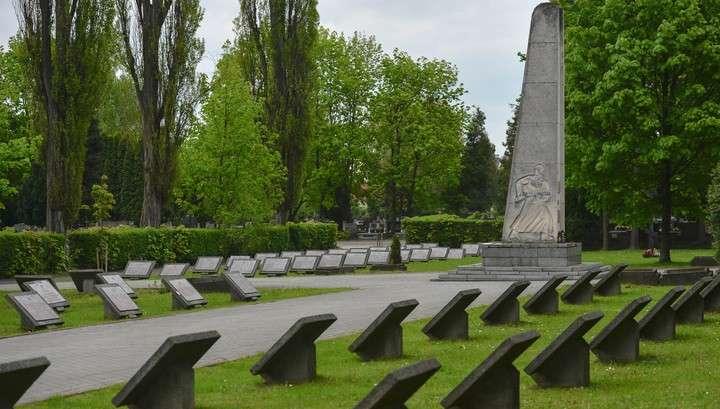 Польша продолжает позорную борьбу с памятниками русским воинам