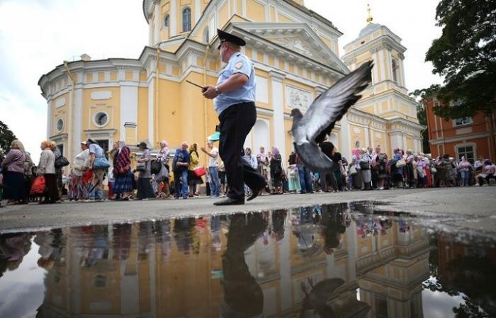 Верующие кланяются чьим-то старым костям в Петербурге