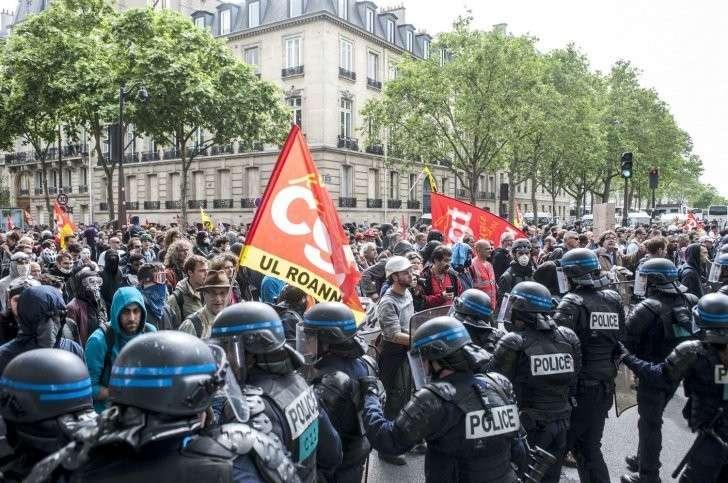 Франция: Эмануэль Макрон теряет популярность среди французов и жаждет диктатуры