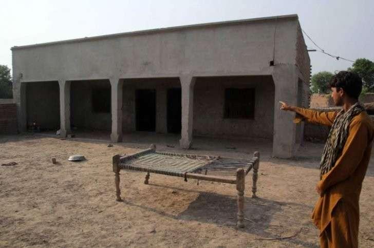 Пакистан: девушку изнасиловали из мести по решению сельсовета. Дикие люди!