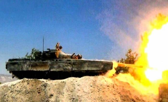 Сирия: боевик, высунувшийся из трофейного Т-72, поймал лицом гранату