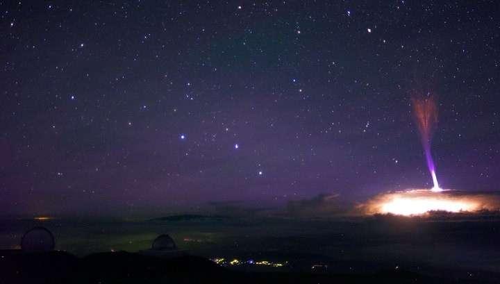 На Гавайях молния ударила из космоса в вершину горы