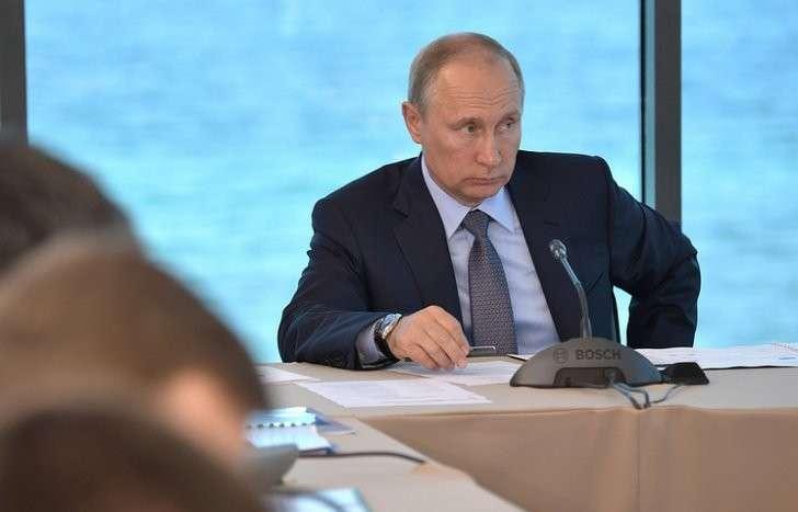 Путин призвал местные власти решать проблемы граждан без