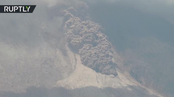 В Индонезии на острове Суматра вулкан выбросил столб пепла на высоту более 4 км