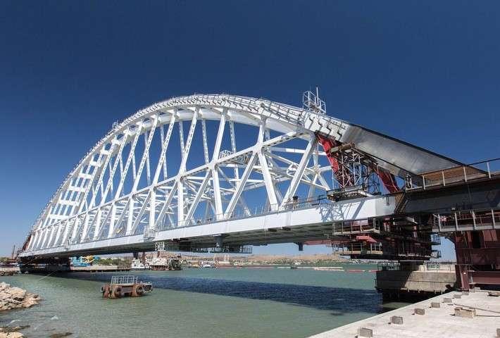 Железнодорожный арочный пролет Крымского моста снят состапеля