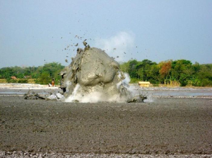 Сочи: возникший на пляже гейзер из грязи распугал туристов