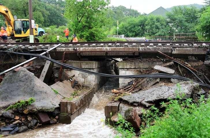 В Приморье тропические ливни размывают дороги, затоплены детсады, нет света и связи