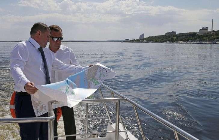 Губернатор Волгоградской области Андрей Бочаров и премьер-министр РФ Дмитрий Медведев во время прогулки на катере по реке Волге