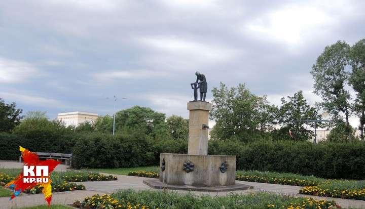 Скульптура матери и ребенка в Айзенхюттенштадт (бывший Сталинштадт), в городе, где больше нет детей.