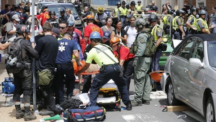 США, Виргиния: автомобиль врезался в толпу демонстрантов, беспорядки