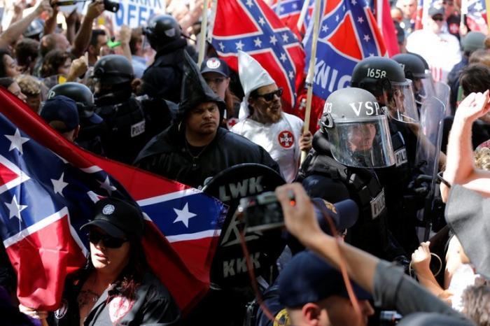 США, Шарлотсвилль: бунтующих патриотов давят автомобилями
