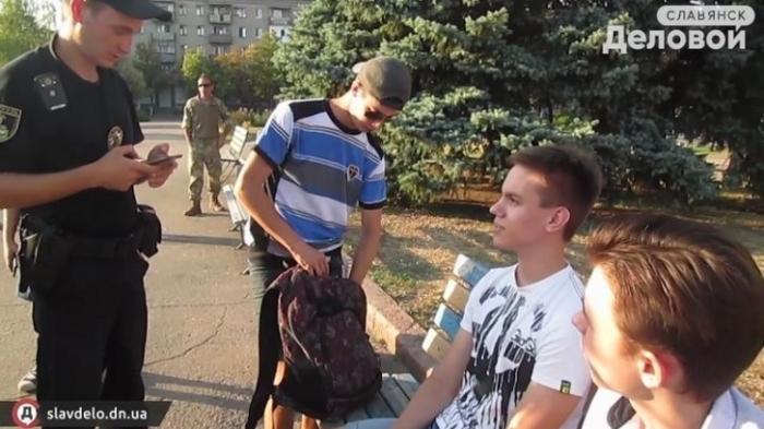 Оккупированный Славянск: студенты не встали во время исполнения гимна Украины