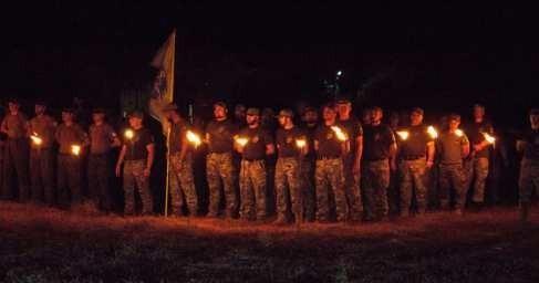 Нацисты «Азова» с мечами и факелами провели ритуал в лучших традициях Третьего рейха