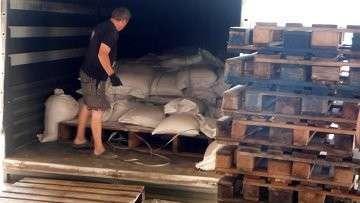 Разгрузка гуманитарного груза РФ для юго-востока Украины в Луганске. Архивное фото.