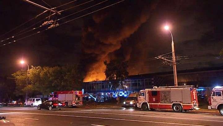 В Москве горят склады, площадь пожара возросла до 15 тысяч квадратных метров