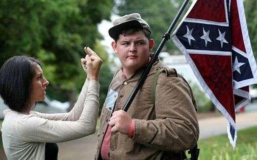 Стадо задыхается от злобы. А мальчик стоит с флагом Конфедерации