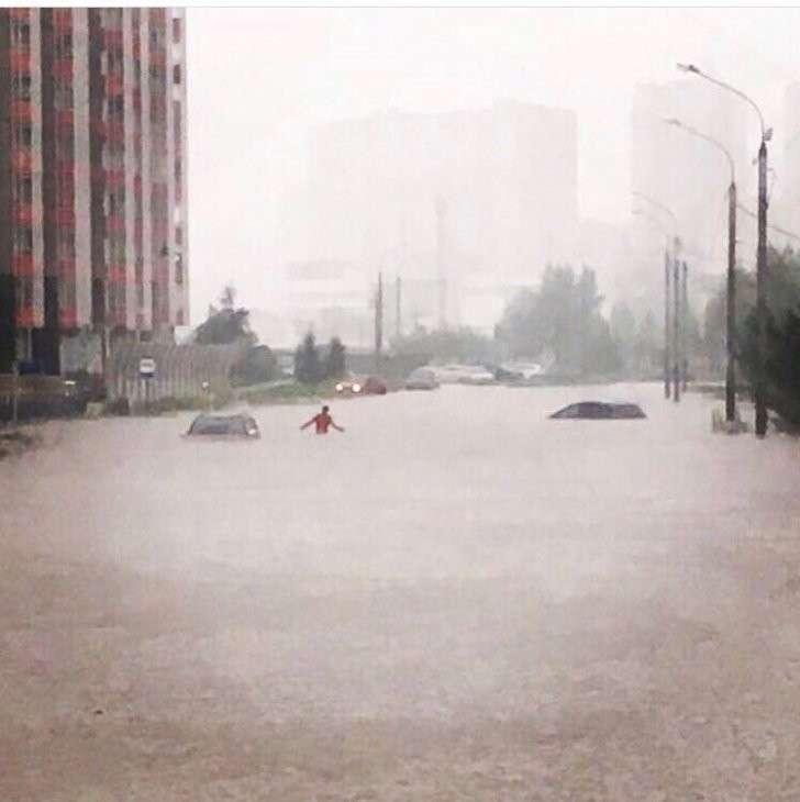 Красноярск утонул. Во многих районах нет света. Люди передвигаются по пояс в воде