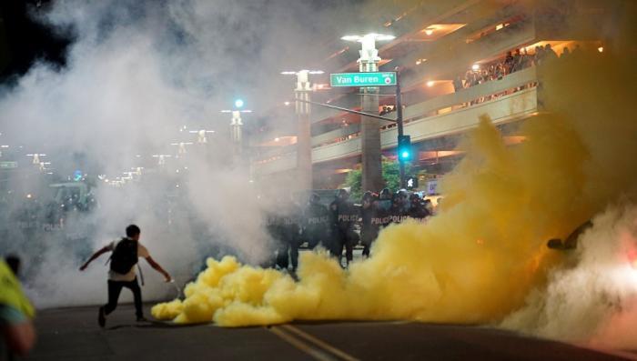 США, Финикс, бесопрядки: полиция применила слезоточивый газ против провокаторов с оружием