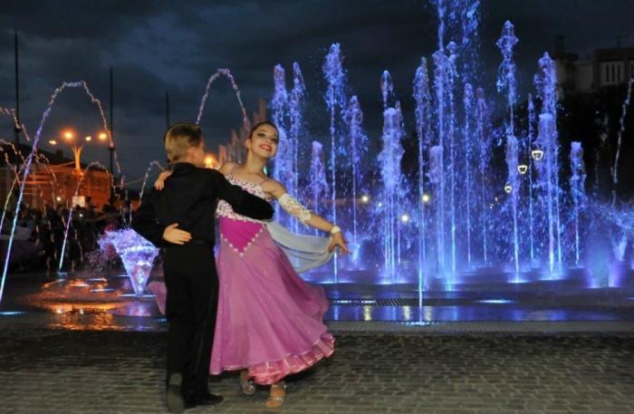 ВЯрославле открыли новый необычный светомузыкальный фонтан, по которому можно ходить