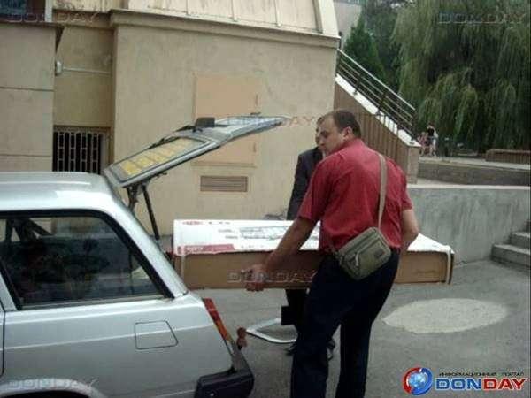 В Ростове у погорельцев забрали телевизор сразу после устроенной показухи для губернатора