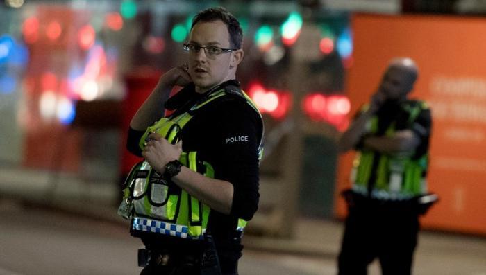 В Лондоне мужчина с мечом и криками «Аллах акбар» набросился на полицейских
