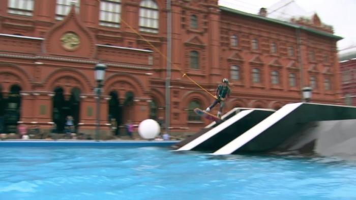 В центре Москвы у кремлёвских стен установили бассейны для вейкбординга под открытым небом