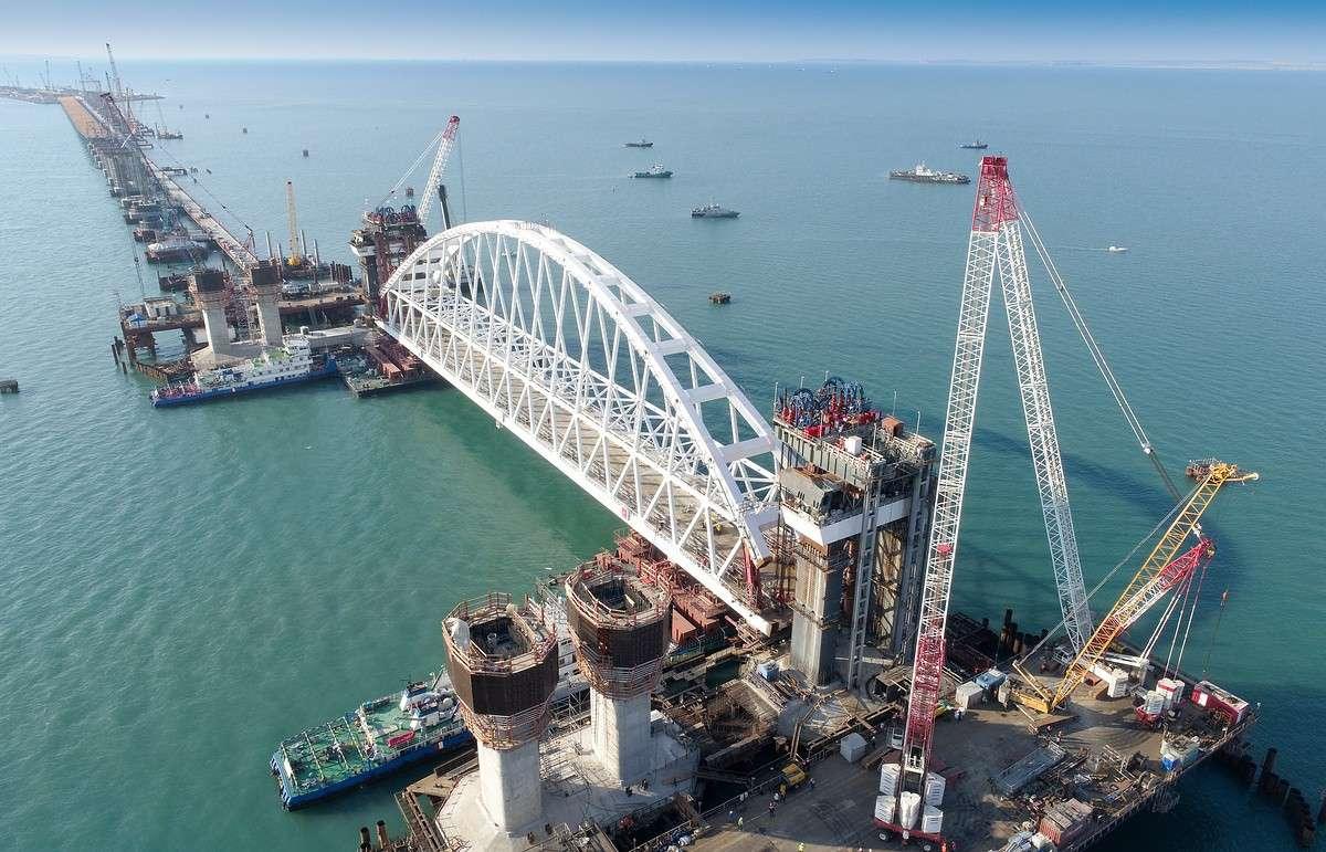 Железнодорожная арка Керченского моста доставлена к фарватерному участку