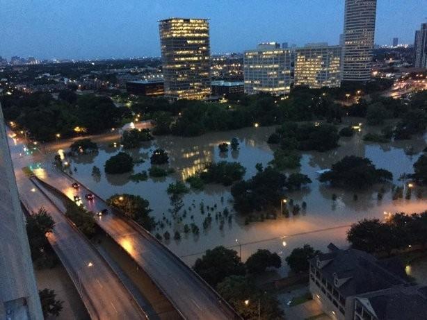 США, Хюстон: 7 миллионов тонущих. Власти штата пасуют перед ураганом и наводнением