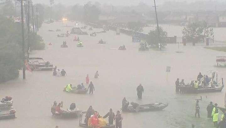 Ураган «Харви» затопил Техас: жители ждут на крышах, а вокруг плавают крокодилы и змеи