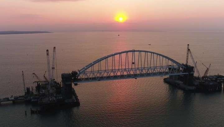 Арку Керченского моста подняли на проектную высоту