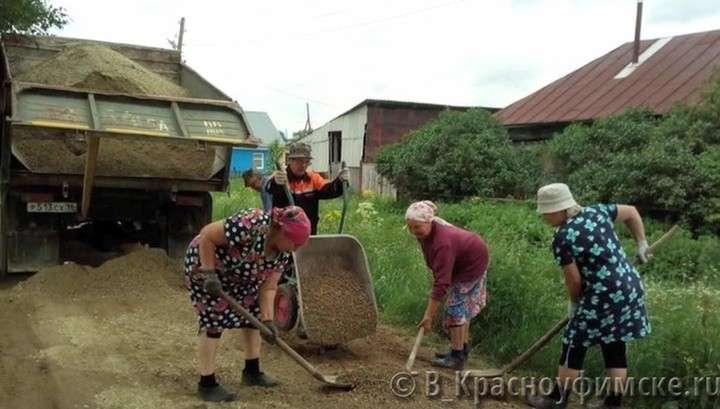 Позор продажным чиновникам! Бабушки на Урале устали ждать и сами отремонтировали дорогу