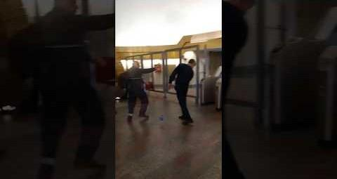 В Петербурге мужчина с рюкзаком прорвался в метро, сквозь трех сотрудников метрополитена