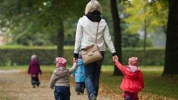 Женщина гуляет с детьми в парке в Дрездене