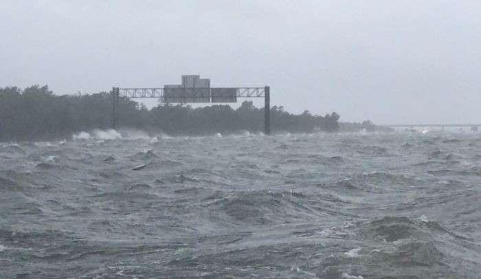 Ураган «Харви»: две фотографии, показывающие как океан поглощает все вокруг